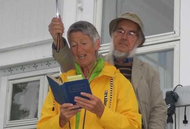 Eva Almhjell les frå ELVELAND medan Harald Bøckmann, leiar i Vollen historielag, sørger for lokalt opphaldsvêr. Foto: Privat.