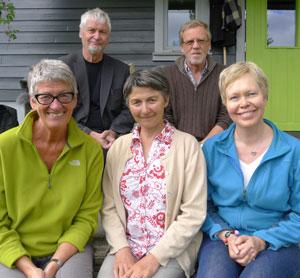 Olav-Sletto-selskapets-styre. F.v. bak: Kåre Olav Solhjell og Arild Mikkelsen. F.v. framme: Eva Almhjell (styreleiar), Elisabeth Aaker og Britt-Mari Sletto.